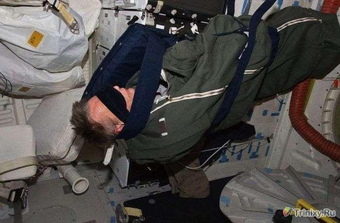 Як в умовах невагомості астронавти на МКС сплять (9 фото)