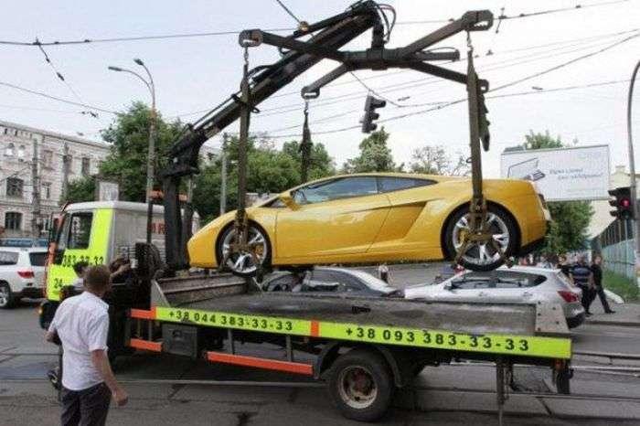 Дівчина за кермом Lamborghini заблокувала рух (8 фото + відео)