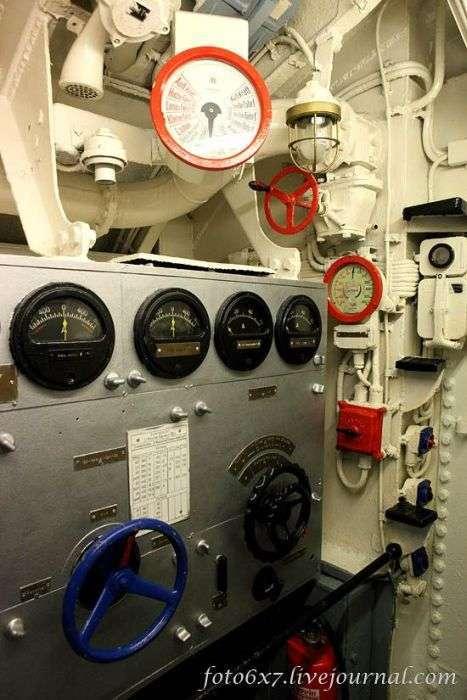 Фотоекскурсія по підводному човні U-995 (44 фото)