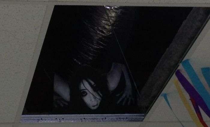 Лякаючий офісний розіграш (2 фото)