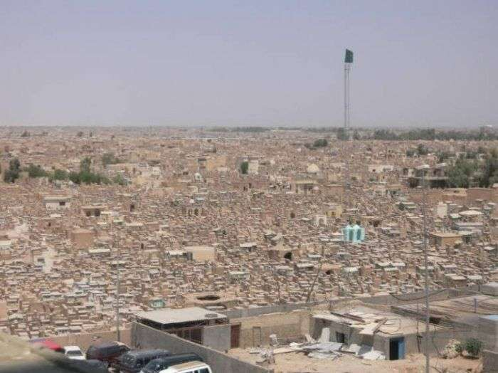 Неймовірні розміри кладовища Ваді Аль-Салам в Іраку (13 фото)