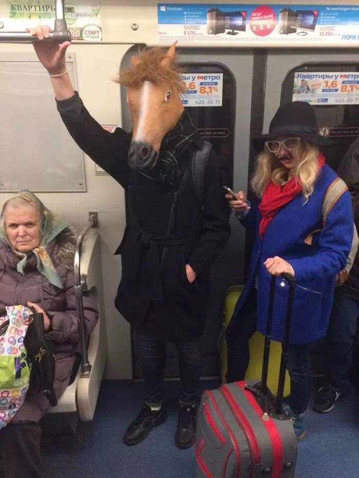 Забавно одетые люди в метро. приколы