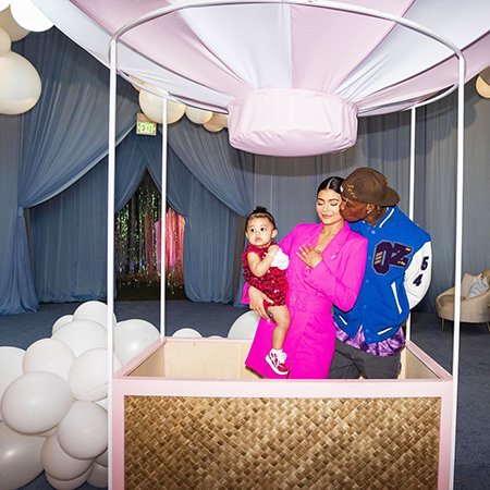 Надувная голова, воздушные шары и плюшевые медведи: Кайли Дженнер устроила грандиозную вечеринку в честь первого дня рождения дочери звездные дети